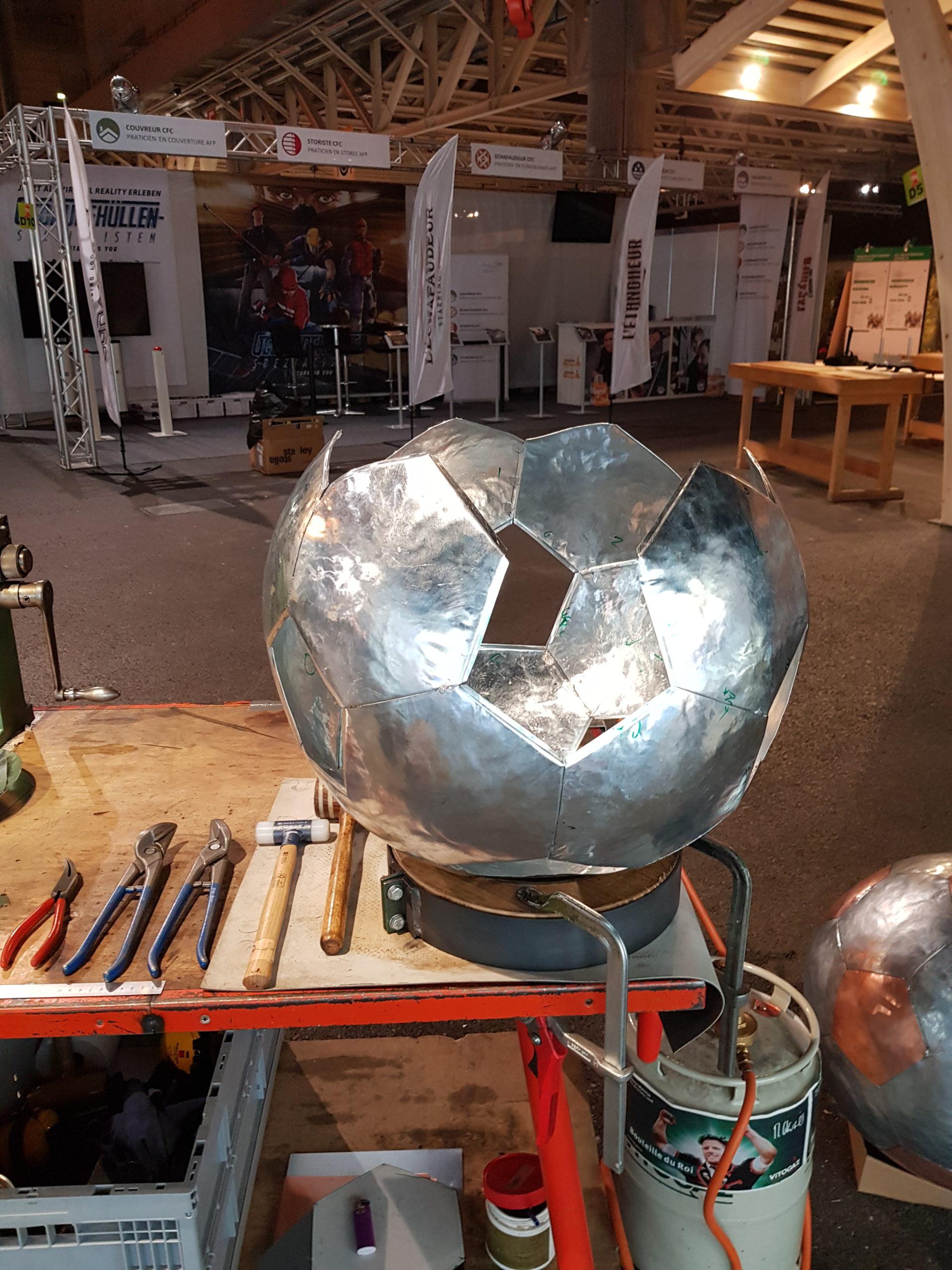 Réalisation d'un ballon de football dans le cadre du salon des métier avec Suissetec Fribourg